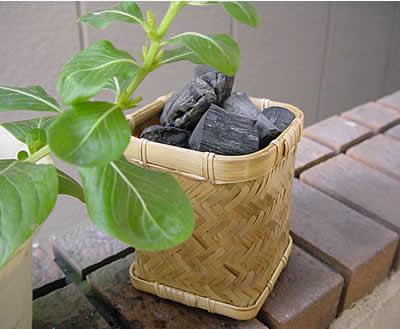 竹かご入り備長炭 竹かごに入った備長炭。和風なインテリアにどうですか? 炭パワードットコ...